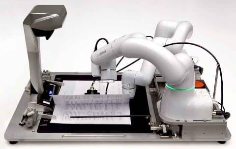 契約書に押印するロボット